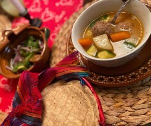Caldo de albóndigas guatemalteco