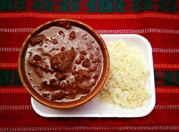 Frijol con chicharrón guatemalteco