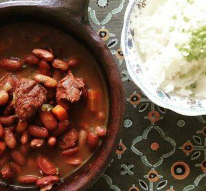 Frijoles rojos con carne guatemaltecos